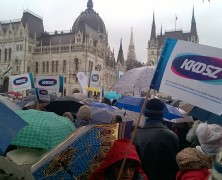 A KKDSZ csoportja a Kossuth téren