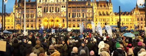 Képes beszámoló az országos, rabszolgatörvény elleni tűntetés budapesti helyszínéről